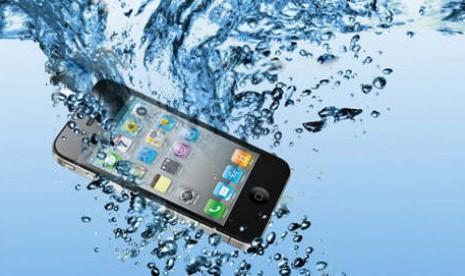 Bila Handphone Terendam Air, Lakukan Hal Ini