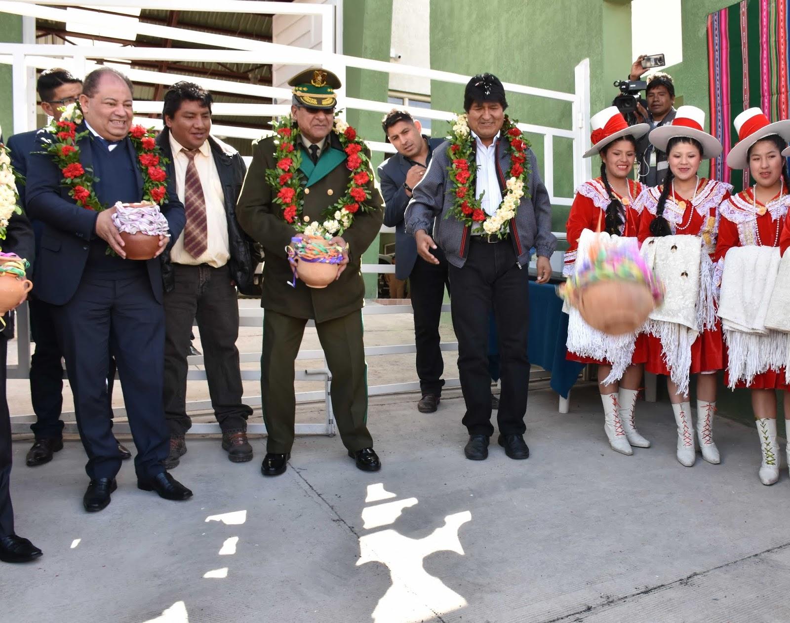 Mendoza acompañando a Morales en una entrega de infraestructura el domingo / ABI