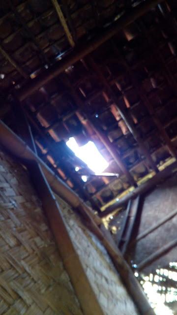 Kondisi atap rumah kakek Suyat yang sudah banyak yang bocor
