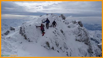 Descendiendo con nieve de la cima de Peña Ubiña Pequeña