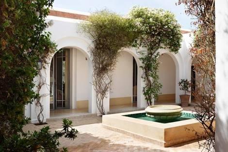 Courtyard House Style, dengan bagian terbuka di tengah-tengah rumah.
