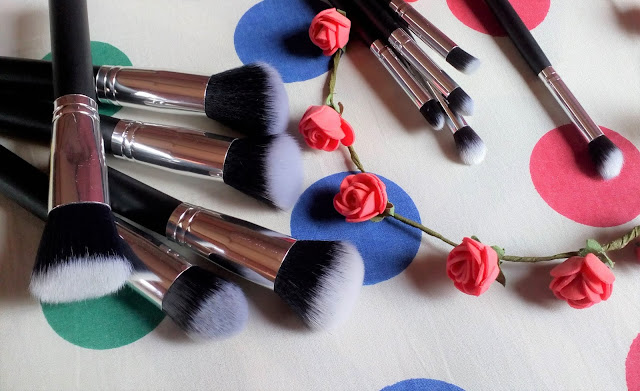 Low price makeup brush set, contains a total of 10 brushes.The Generic Phenovo makeup brushes are very cheap. These are made of good quality synthetic hair with sleek wooden handle which gives the feel of high end makeup brushes. Contains foundation, concealer, blush, highlighter and eye shadow brushes. Best affordable makeup brushes, perfect for beginners, teenagers or anyone in budget.