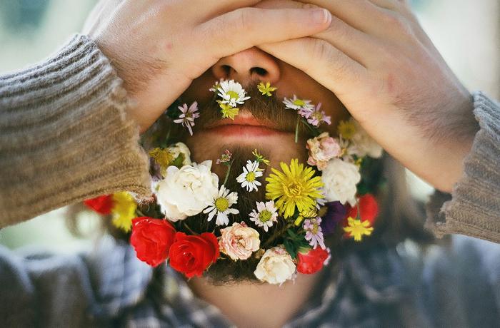 hombre barba flores