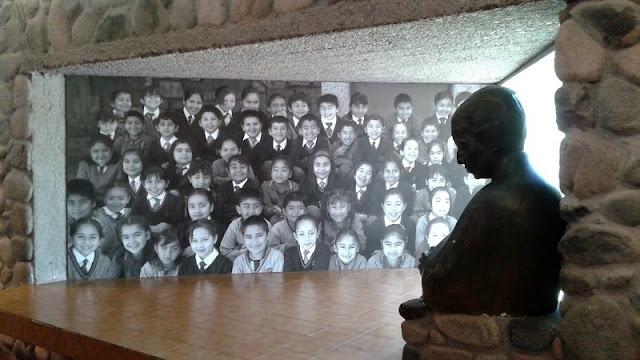 Interior del museo con la alegoria a la labor docente de la poetisa