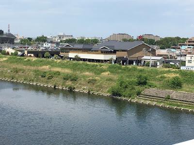 石田大橋から・多摩川越しの湯楽の里