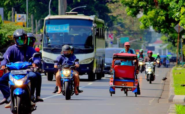 Ketika Becak Melintas Dengan Santai Di Jalan Sudirman Bogor, Ada Kesalahan Yang Dimaklumi