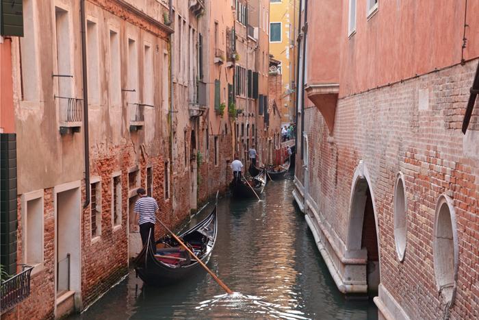 embouteillage de gondoles sur un des canaux de Venise