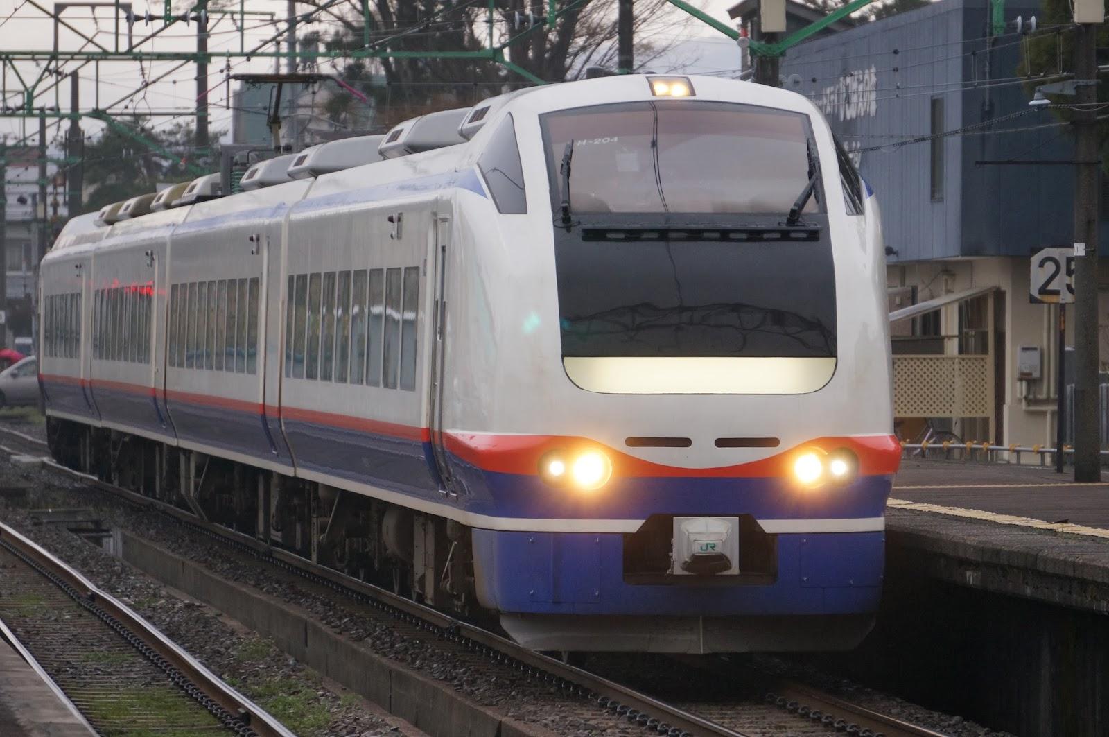 高田駅に到着するE653系特急しらゆき