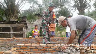 Menyatu dengan Masyarakat, Babinsa Koramil 04/Kubu Goro Bangun Rumah Warga