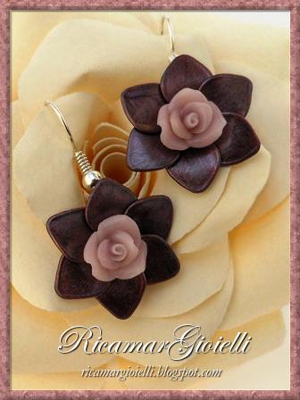 Orecchini con fiori realizzati con smalto per unghie e decorati con rose in porcellana fredda