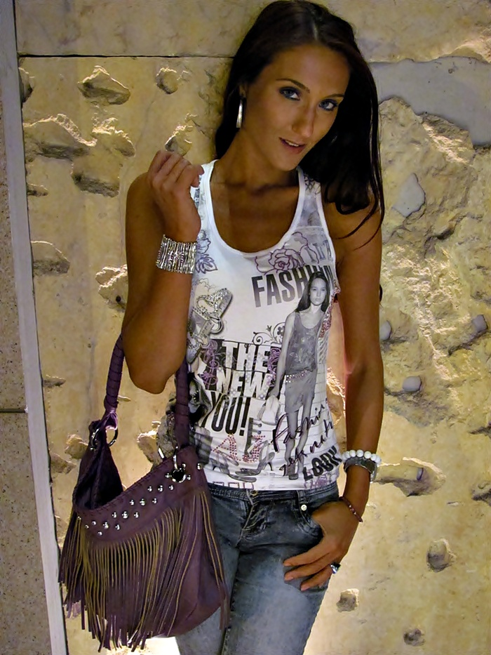 printed white top skinny jeans and fringe purple bag