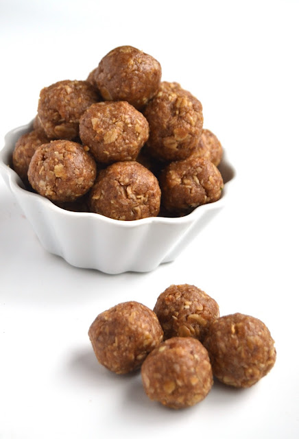 4 Ingredient Peanut Butter Energy Bites- super easy to make with ingredients that you have on hand. They are rich in protein and make a perfect healthy snack. www.nutritionistreviews.com