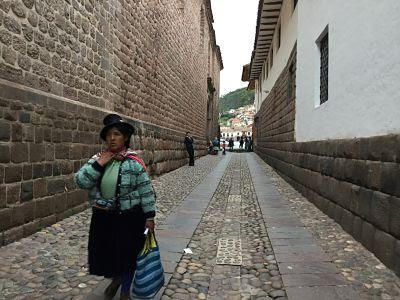 Cusco. Perú. Mujer traje típico.