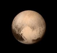 Najdokładniejsze zdjęcie Plutona jakie do tej pory New Horizons przesłała. Zdjęcie zostało wykonane w noc z 13 na 14 lipca 2015 r. na około 14 godzin przed największym zbliżeniem do Plutona i Charona. (Credit: NASA)
