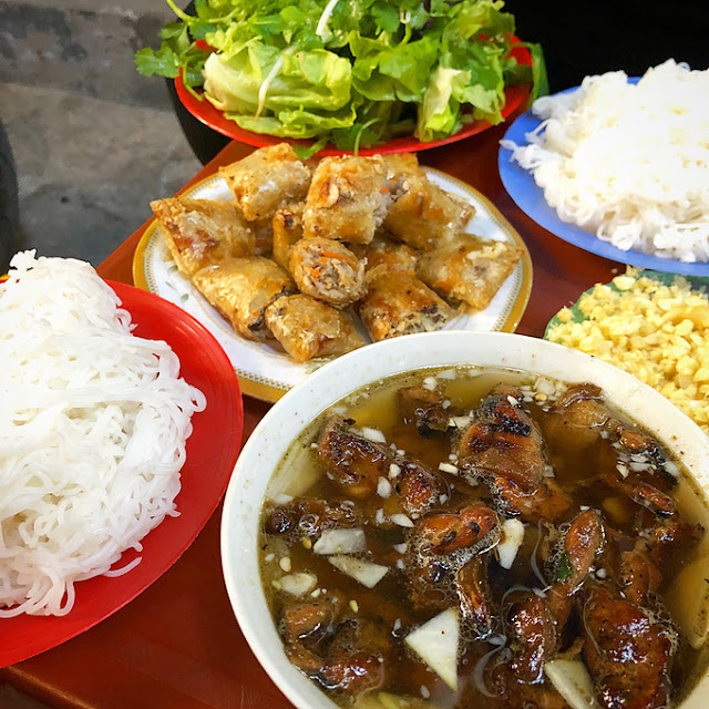 Discover bun cha in alleyway less than one meter in Hanoi 2