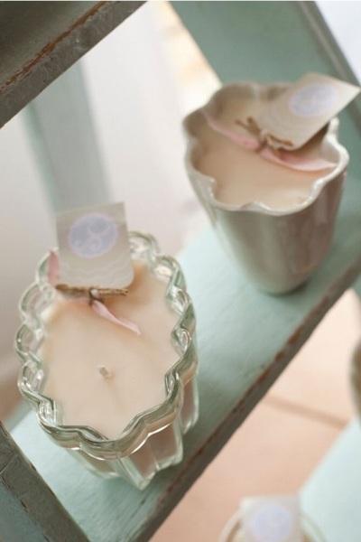 Cetakan agar-agar (jelly mould) yang terbuat dari bahan gelas bisa digunakan sebagai tempat lilin yang cantik. Bisa jadi hiasan sederhana di meja makan saat makan malam bersama keluarga atau tamu.