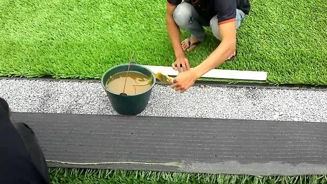 Quét keo vào bạt và dán cỏ