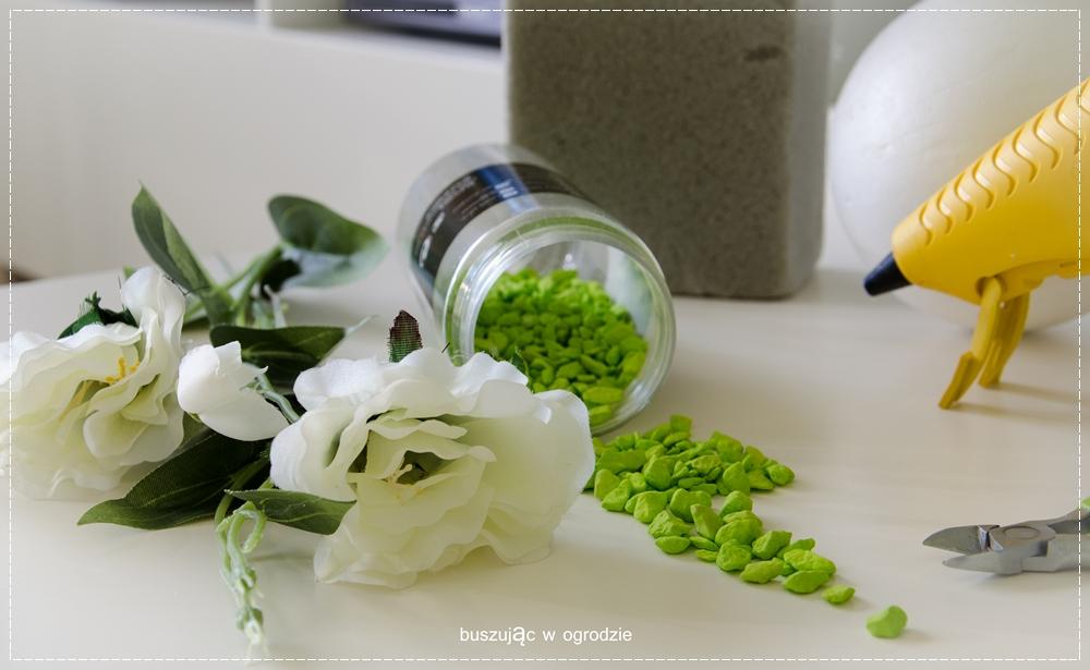 dekoracja ze sztucznych kwiatów