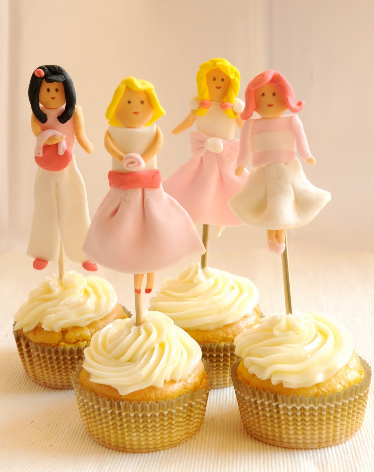 DIY Fondant Dolls Cupcake Toppers - via BirdsParty.com