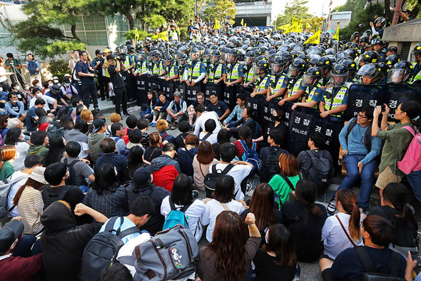 Policía coreana frente a un hospital de Seúl
