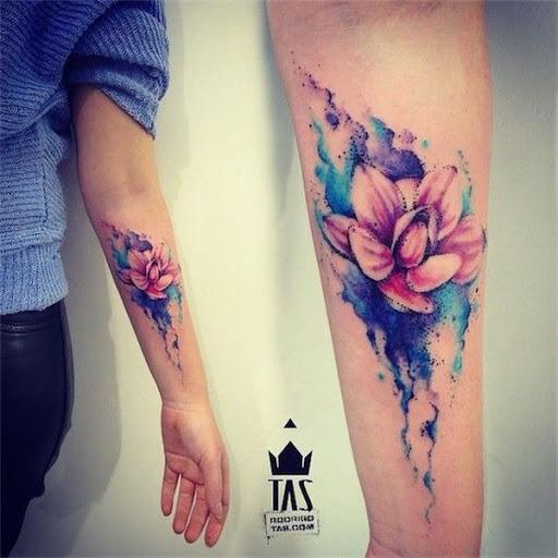 Braço de Tatuagem com Aquarela Lotus Flower Design