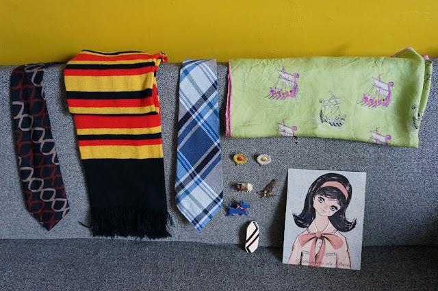 """Une écharpe en laine aux couleurs de l'Allemagne ou de la Belgique , des cravates en laine années 70, un foulard avec des drakkars de vikings , une barrette , des broches paquerettes , scottish , parapluies et fleurs ,une illustration """"silhouette de Paris""""     70s wool tie , vintage striped scarf , novelty scarf, brooches daisy umbrella 1970s 60s 1960s"""