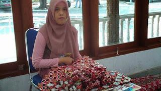 Peragaan Ami Siti Hertina dalam Mengenalkan Karya Bungkus dari Kopinya