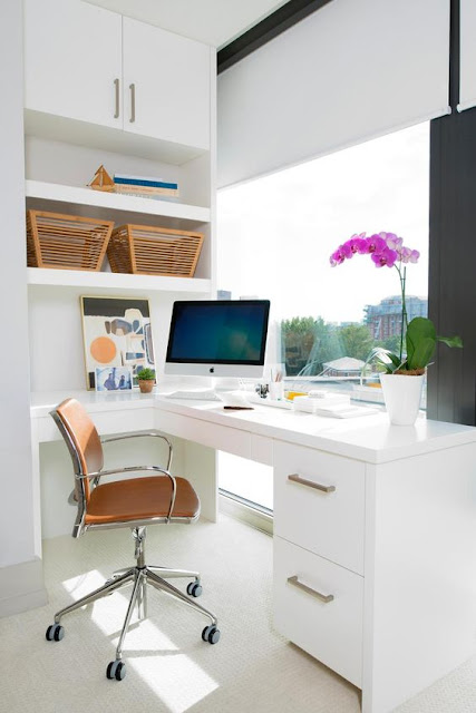 рабочее место у окна, с белой мебелью