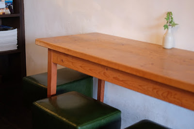 東京・手紙舎つつじヶ丘本店 テーブルと椅子