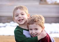 Birbirine sarılmış iki erkek kardeş
