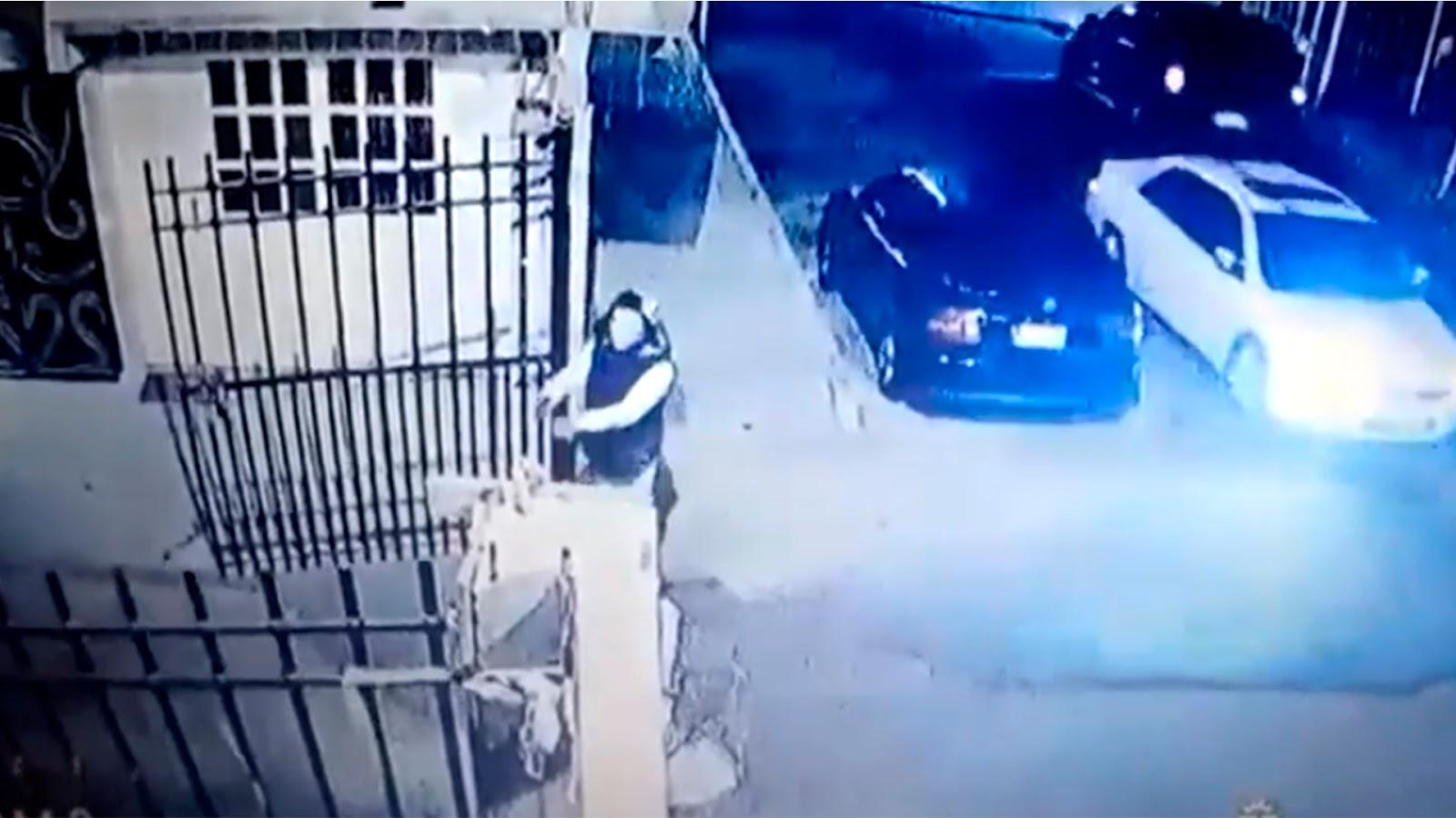 Encañonan a vecino para robarle su coche en la puerta de su casa (VIDEO).