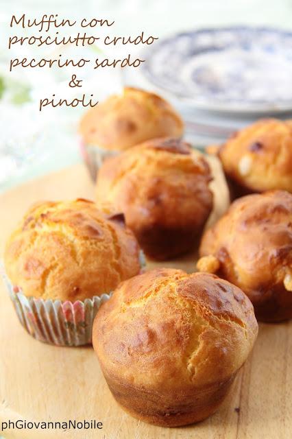 Muffin di kamut con prosciutto crudo, pecorino sardo e pinoli