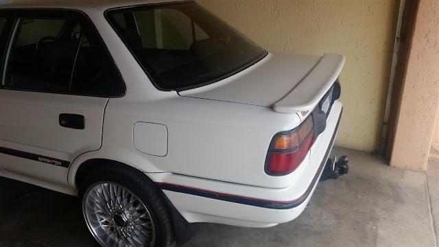 Toyota Corolla Twincam Putih dilihat dari belakang