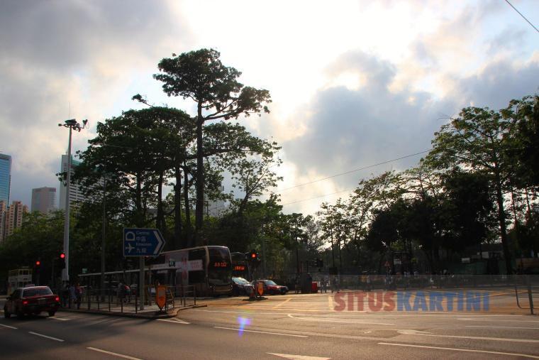 Cuaca Sangat Pans di Hong Kong, 2 OrangTesrerang Heatstroke
