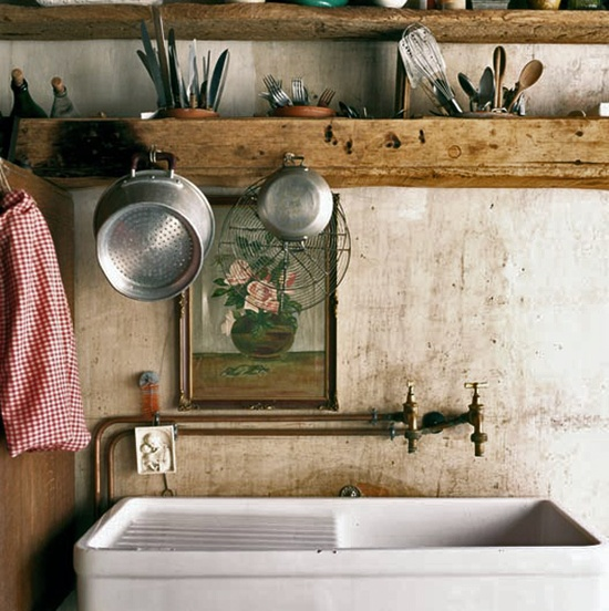 This vintage washing basin is a gorgeous rustic farmhouse style washing room