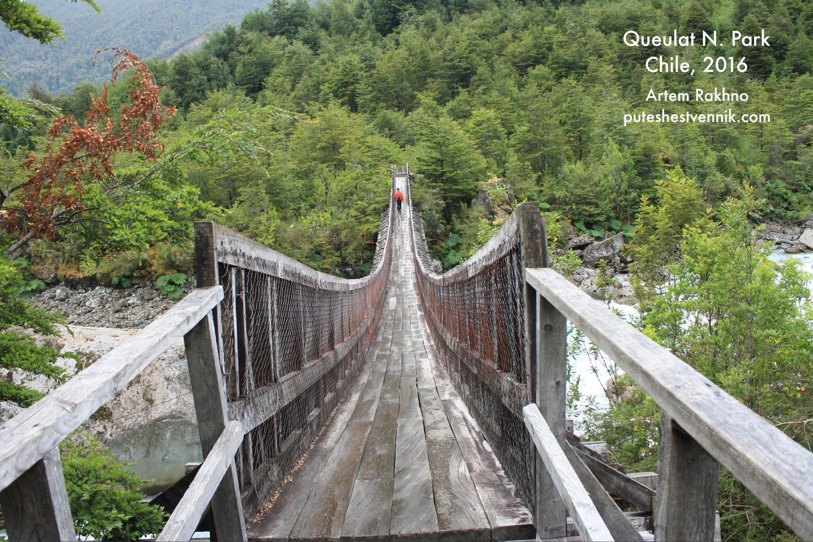Деревянный мост над горной рекой