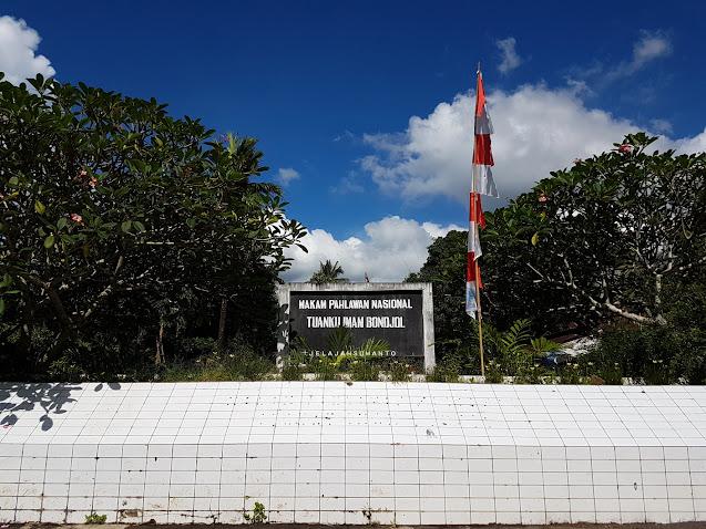 Tugu informasi makam Tuanku Imam Bonjol di Lotta, Pineleng, Minahasa, Sulawesi Utara  | © Jelajahsuwanto