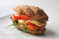 Sandwich caliente de pollo con alioli de azafrán y manzana