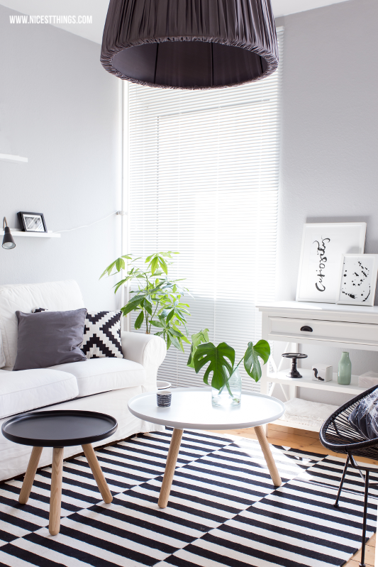 Wohnzimmer schwarz weiß skandinavisch Interior Blogger Ikea Teppich Tablo Normann Copenhagen Tine K Home Lampenschirm Nicest Things #wohnzimmer #normanncopenhagen #tinekhome #ikea #interiorblogger #nicestthings #livingroom