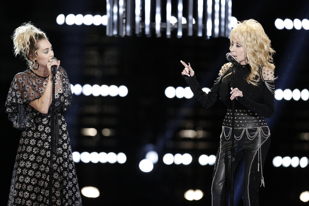 Miley Cyrus y Dolly Parton presentan 'Jolene' en The Voice junto a Pentatonix