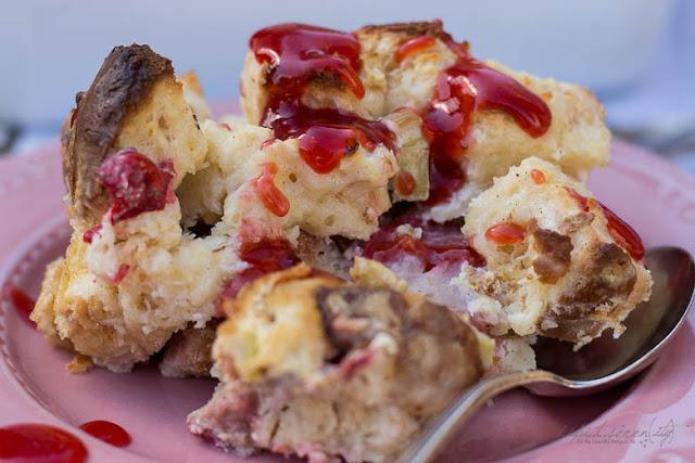 Erdbeer-Rhabarber Cheesecake French Toast Auflauf