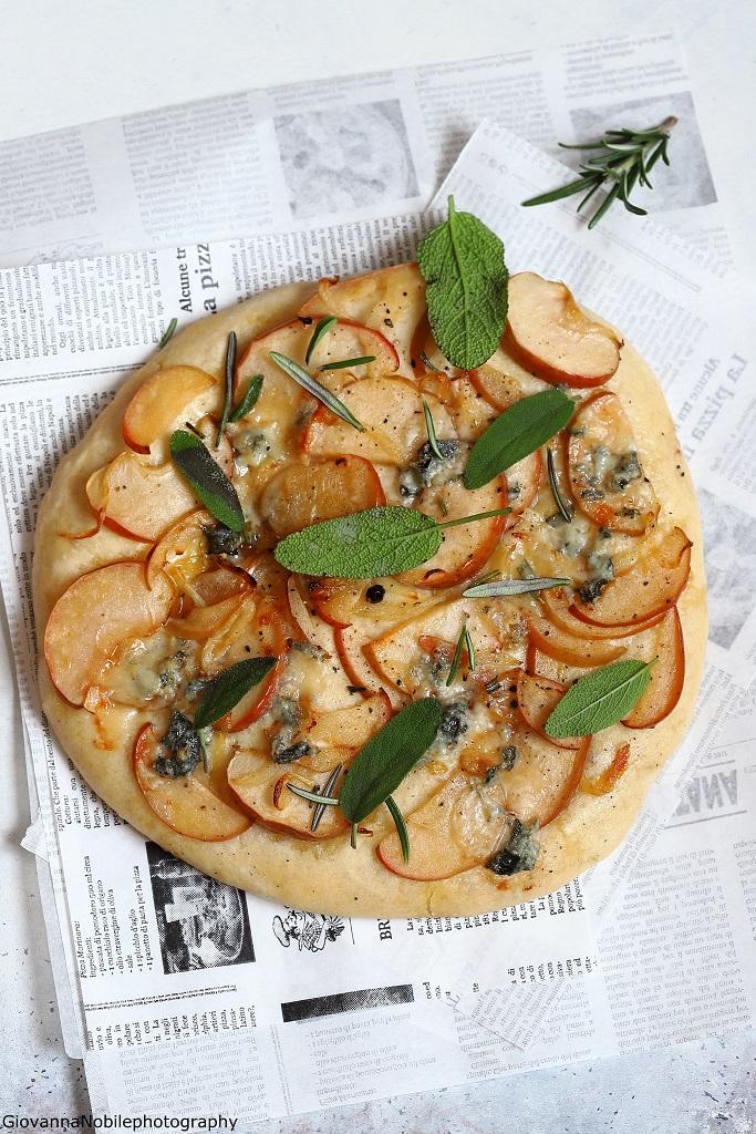 Pizza con cipolle, mele e gorgonzola