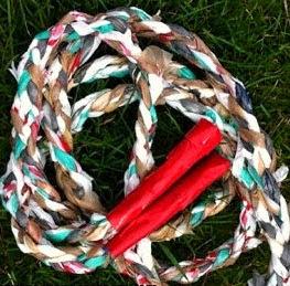 http://www.aprenderahacer.com/como-hacer-una-cuerda-para-saltar-reciclada/