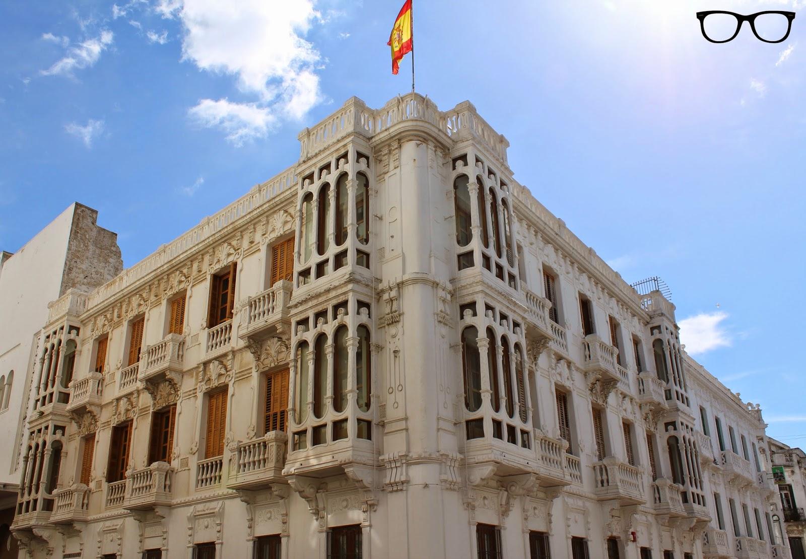 Edificio con bandera de España