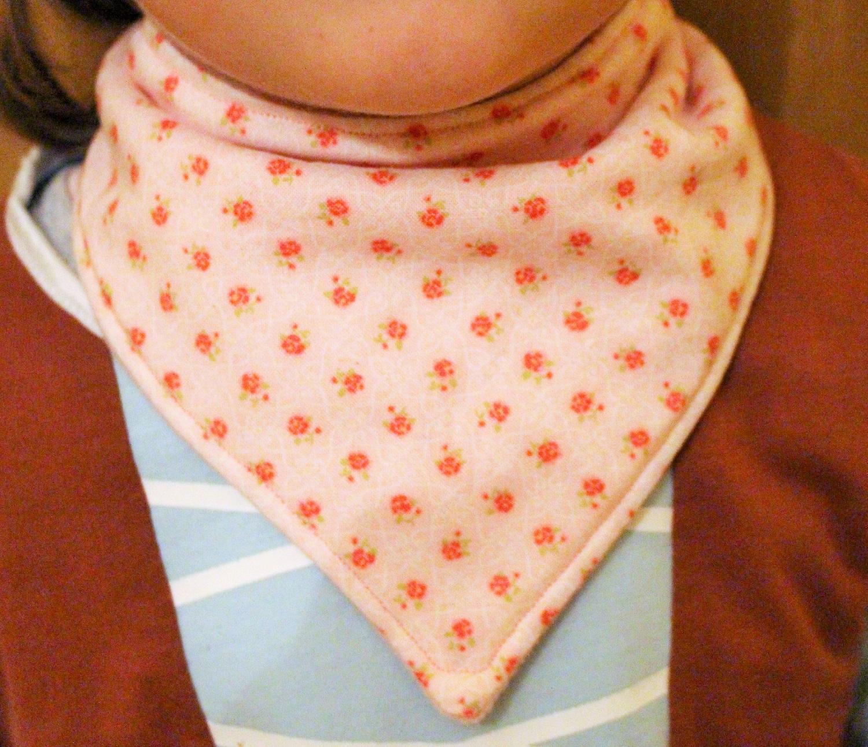 f3d8492491ac Mamma Gioca  Tutorial  come cucire una sciarpa-bandana per bambini (con  cartamodelli da 0 a 2 anni)