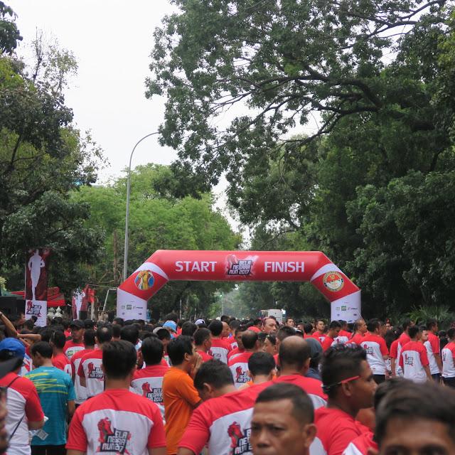 Para peserta bersiap di belakang garis start