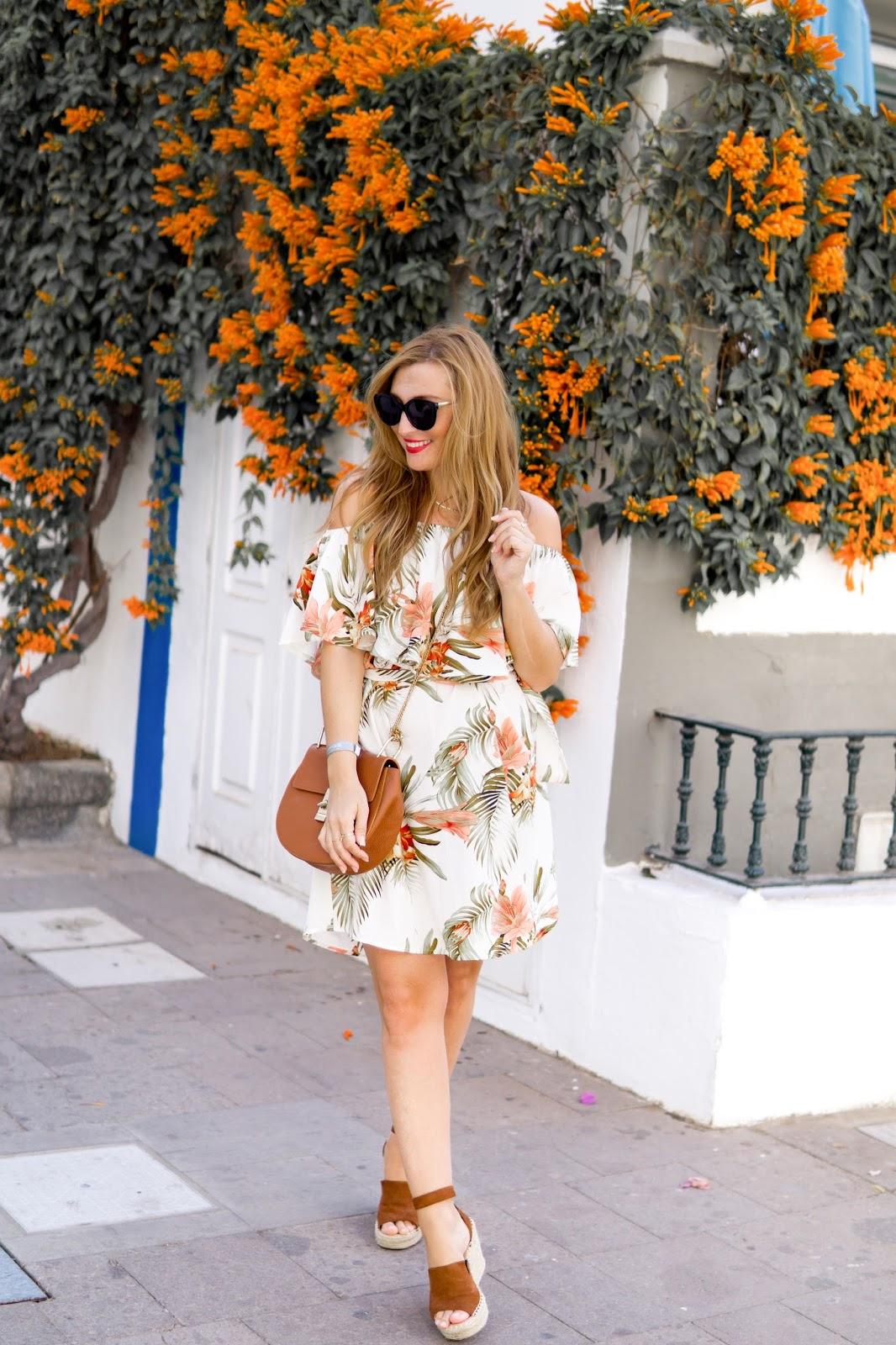 Sommer-outfit-trends-2018-was-ziehe.ich.im.sommer.an-fashionblogger-Chloe-lookalike-braune-ledertasche-sommerkleid-chloe-schuhe-bloggerstyle-sommerlook-gran-canaria-blumenprint-kleid
