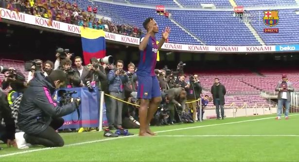 arcelona Latest Signing Performs His 'Ritual' During His Unveiling (Photos)