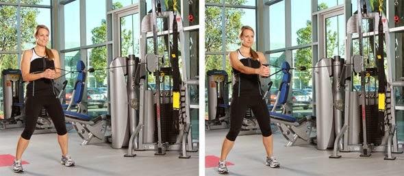 Mujer realizando el ejercicio press pallof en el gimnasio