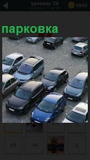 Вид сверху показана парковка автомобилей на стоянке. машины стоят вплотную друг к другу